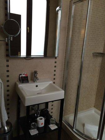 Room Mate Leo: Baño: pequeño lavabo con espejo de aumento (había secador de pelo disponible! :-D )