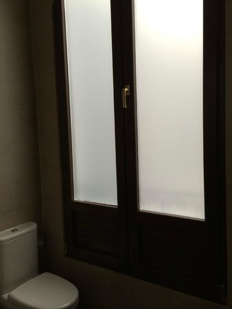 Room Mate Leo: Ventanal en el baño con vista al patio interior