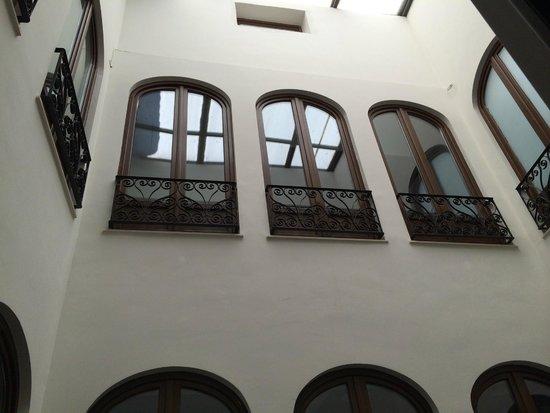 Room Mate Leo: Vista desde el ventanal: patio interior, pisos superiores