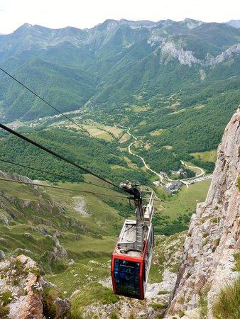 Picos de Europa Mountains: cable car - Fuente De