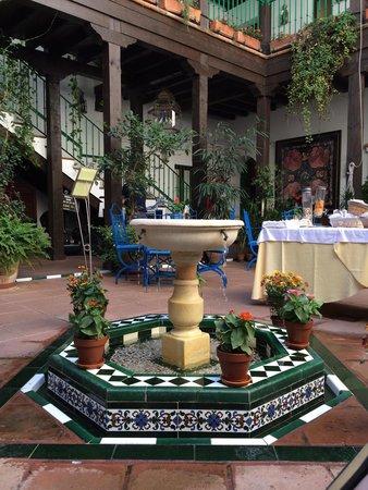 El Rey Moro Hotel Boutique Sevilla : Beautiful fountain in the courtyard
