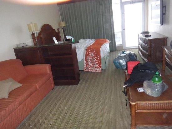 Newport Beachside Hotel and Resort: Habitación para 4 personas, una cama de 2 1/2 plazas y un sofá cama.