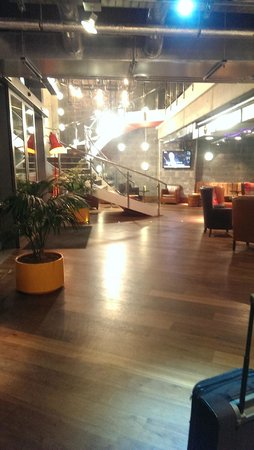 Nitenite Birmingham: The hotel Lobby and dining area