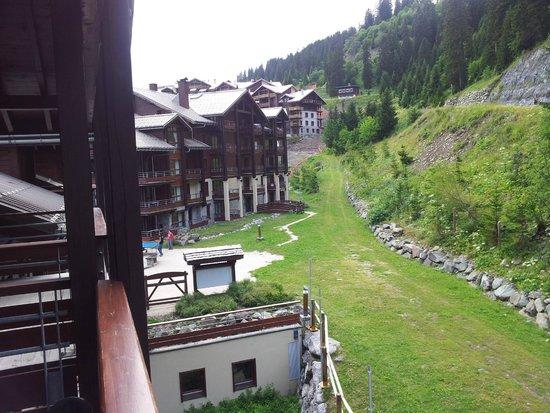 Pierre & Vacances Premium Residence Les Terrasses d'Eos: Vue du balcon sur la montagne
