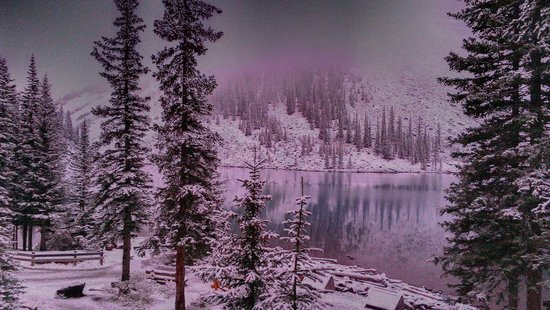 Moraine Lake Lodge: Snowy morning! Untouched photos
