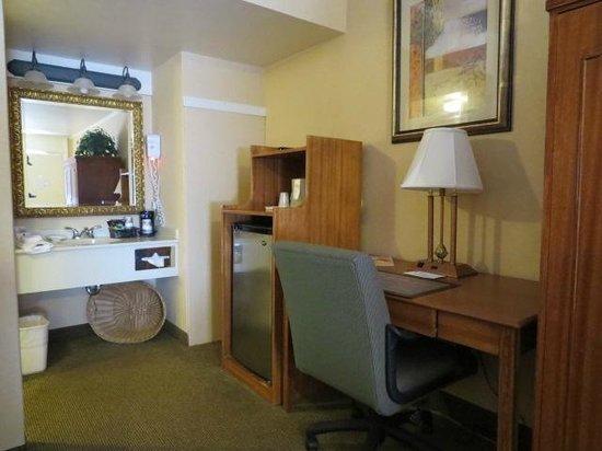 BEST WESTERN PLUS Revere Inn & Suites: Room looking towards bathroom/desk area