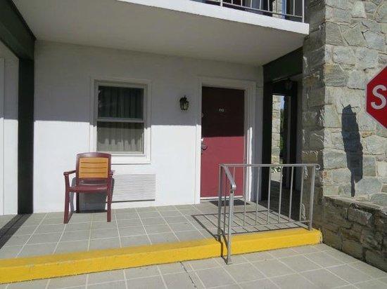 BEST WESTERN PLUS Revere Inn & Suites: Outside of room