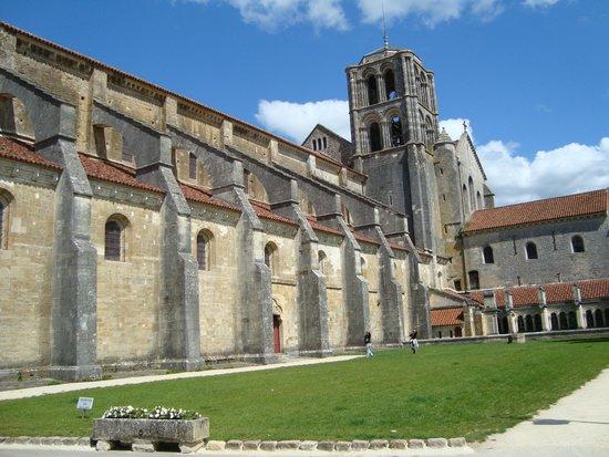 La Basilique Sainte Marie-Madeleine : Veduta laterale dell'abbazia