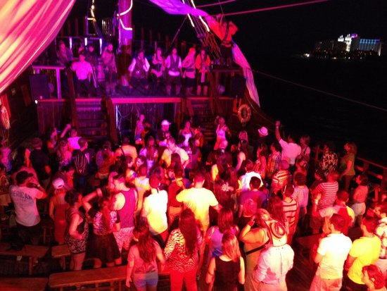 Pirate Show Cancun Jolly Roger: Party time