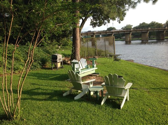 Andre's Riverview Bed and Breakfast: Sitting area by the River