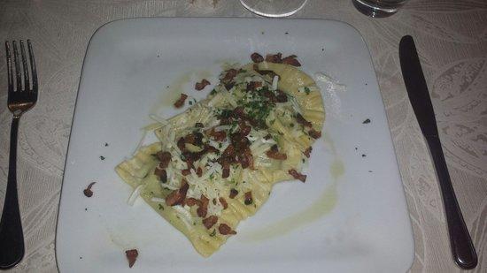 Cantina de' Corvi: Ravioli piselli e menta con bacon croccante! Fantastici è dir poco!!!!!
