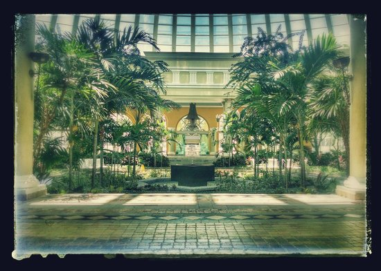 Iberostar Grand Hotel Paraiso: Garden/shopping center inside just past lobby