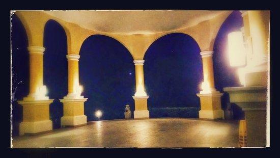 Iberostar Grand Hotel Paraiso: Drive up entrance near ocean front rooms
