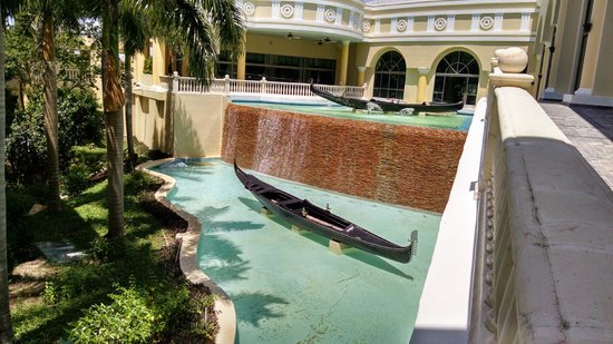 Iberostar Grand Hotel Paraiso: Waterfall between lobby and guest rooms.