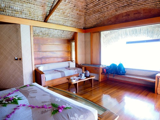 Le Taha'a Island Resort & Spa : Spacious overwater bungalow.