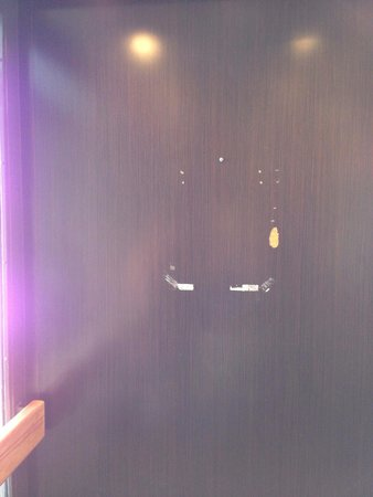 Sheraton Tucson Hotel and Suites: Broken wall in the lift