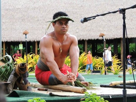 Polynesian Cultural Center : entertainment - making fire...