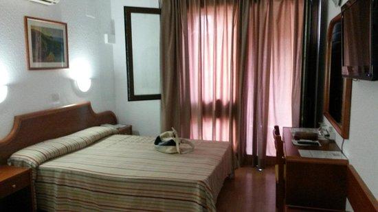 Hotel Adonis Plaza : Habitaciòn individual de cara al interior. En la cuarta planta.