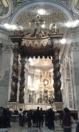 Basilique Saint-Pierre : baldacchino dell'altare maggiore