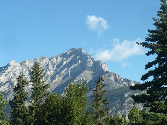 Banff Voyager Inn: Cascade Mt from breakfast room , our room ...not as picturesque