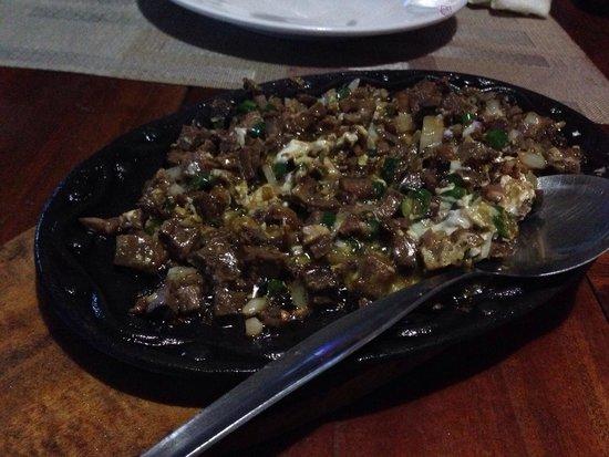 El Sueno Resort and Restaurant: シシグはとても美味しい。ガーリックライスとめっちゃあう!
