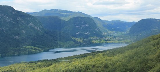 Vogel Ski Center: Lake Bohinj from halfway up/down the cablecar ride