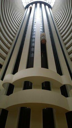 Holiday Inn Singapore Atrium: Atrium and elevators