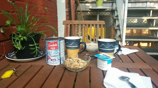 Gîte Urbain La Lanterne : Colazione in giardino