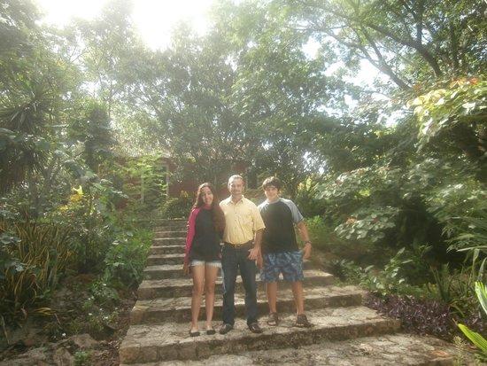 Hacienda San Miguel: Estas escaleras estan a un lado de la alberca Ulises sale con la familia
