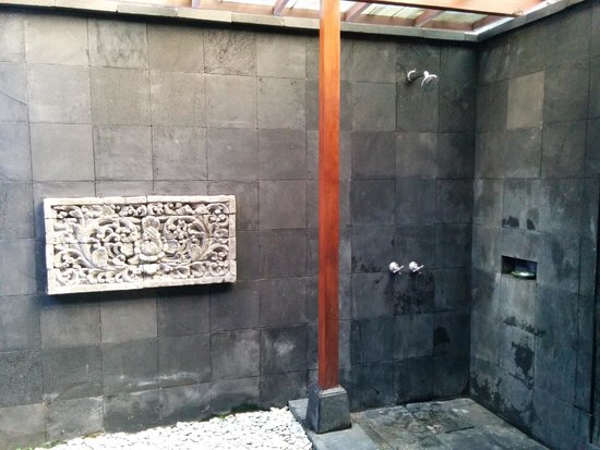 Pertiwi Resort & Spa: Outdoor shower in Deluxe Pool Villa