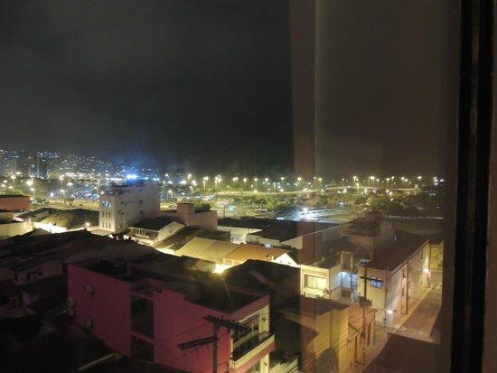 Hotel Farol da Ilha : Vista noturna do quarto