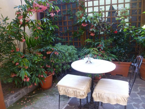 Hotel Genova: Breakfast in the courtyard