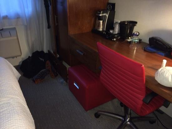 Fairfield Inn & Suites New York Brooklyn: tight quarters..end of bed nearly touches table