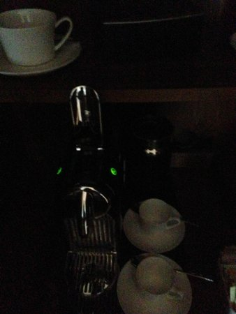 Langham Place, New York, Fifth Avenue: Coffee area... bring your flashlight!