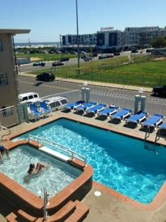 Crystal Beach Motor Inn: Pool with new chairs