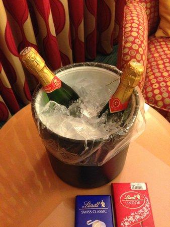 Renaissance Curacao Resort & Casino: O Hotel oferece balde e máquina gratuita de gelo no 3 andar: tome uma champagne!