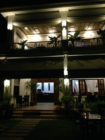 Rumahmu Boutique Hotel: The hotel at night