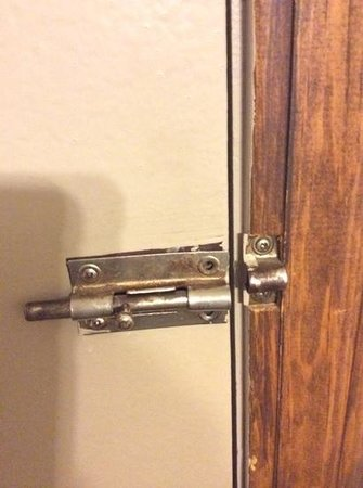 Lake Bluff Inn and Suites: lock on door