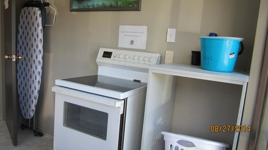 Carrington Motel: Extra stove for roast or BBQ cooking in laundry
