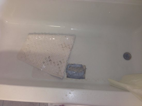 Econo Lodge Airport Kansas City: Hole in the tub