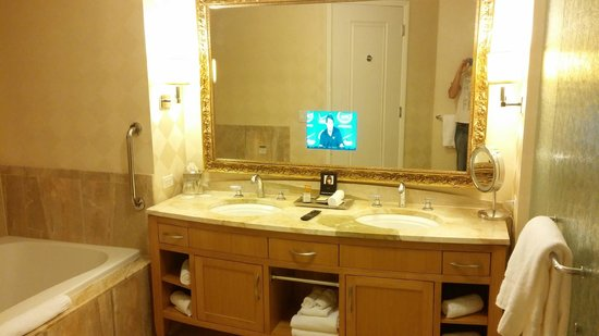 Trump International Hotel Las Vegas: T.V in mirror