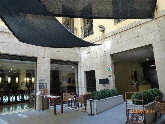 Catalonia Puerta del Sol: Entrance foyer of Hotel.