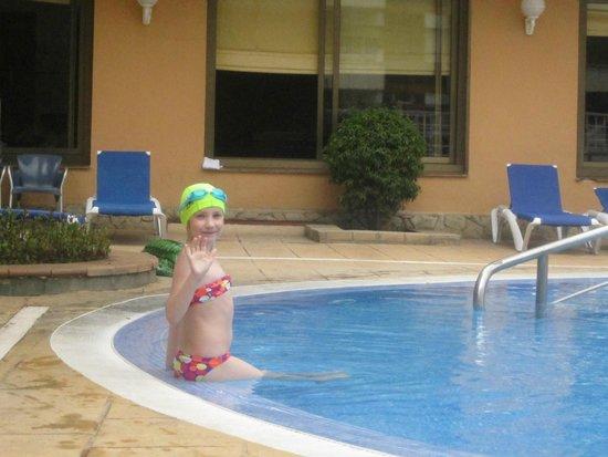 Hotel Bon Repos: Дочь купается, на улице 23 градуса, бассейн свободен!