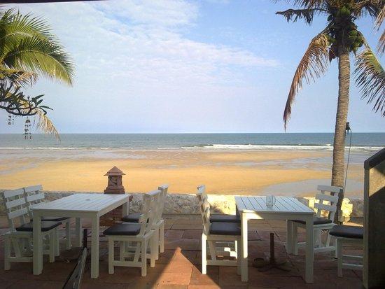 White Sand Beach Hotel: Beach front view