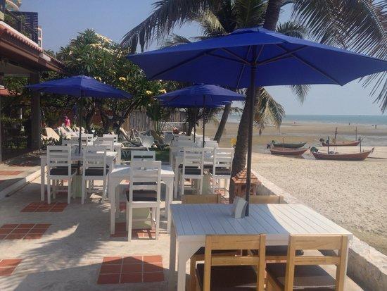White Sand Beach Hotel: beach front restaurant