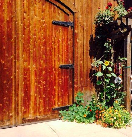 De La Montanya Winery & Vineyards: Front Entrance
