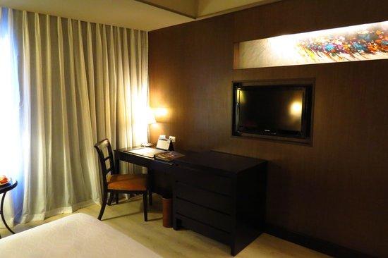 The Bellevue Manila: Flat screen TV and desk