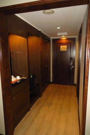 The Bellevue Manila: Bedroom entrance