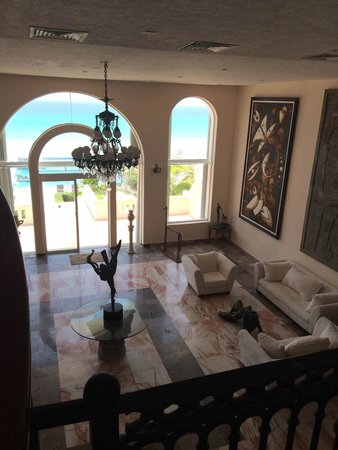 Hotel Casa Turquesa: View of the ocean from the grand staircase