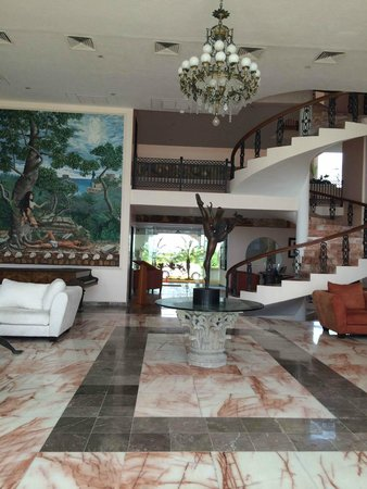 Hotel Casa Turquesa: View of  grand art and winding staircase in the sitting area